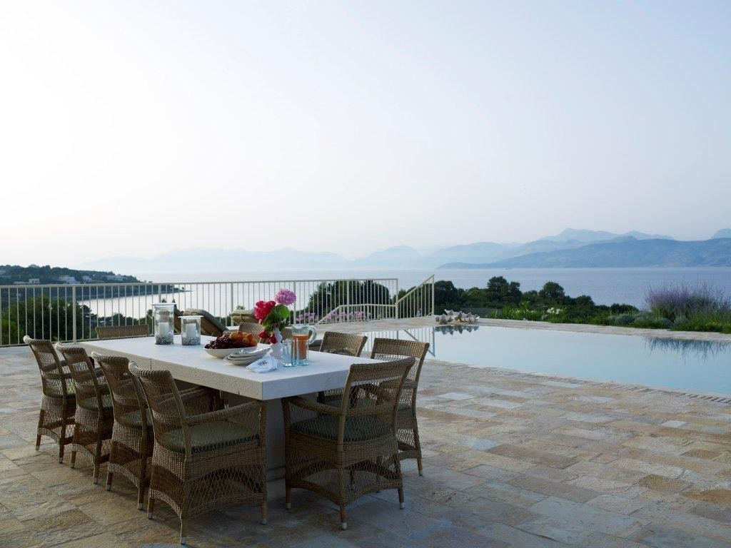 A CLASSIC AND COSMOPOLITAN VILLA MINUTES FROM PRIVATE BEACH