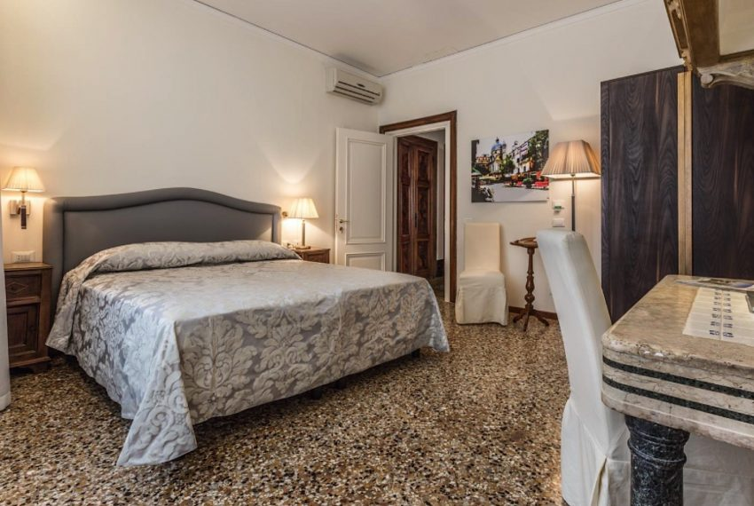 A Handsome Venetian Hideaway with sleepy Canal Views-010