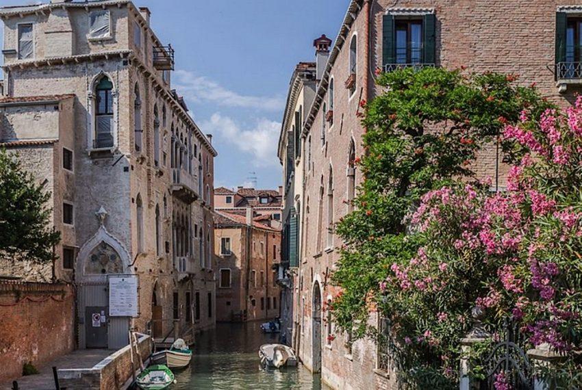 Luxury Apartment on Canal near Rialto Bridge Venice-003