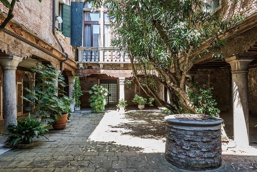 Luxury Apartment on Canal near Rialto Bridge Venice-004