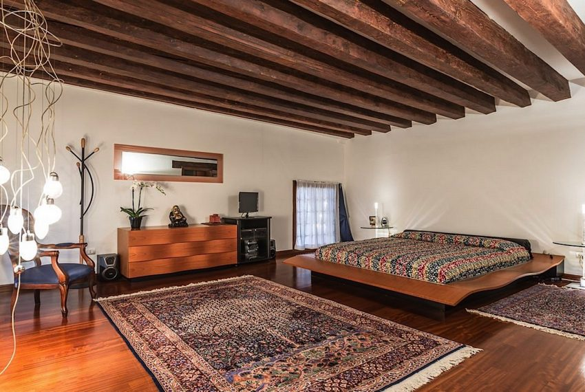 Luxury Apartment on Canal near Rialto Bridge Venice-029