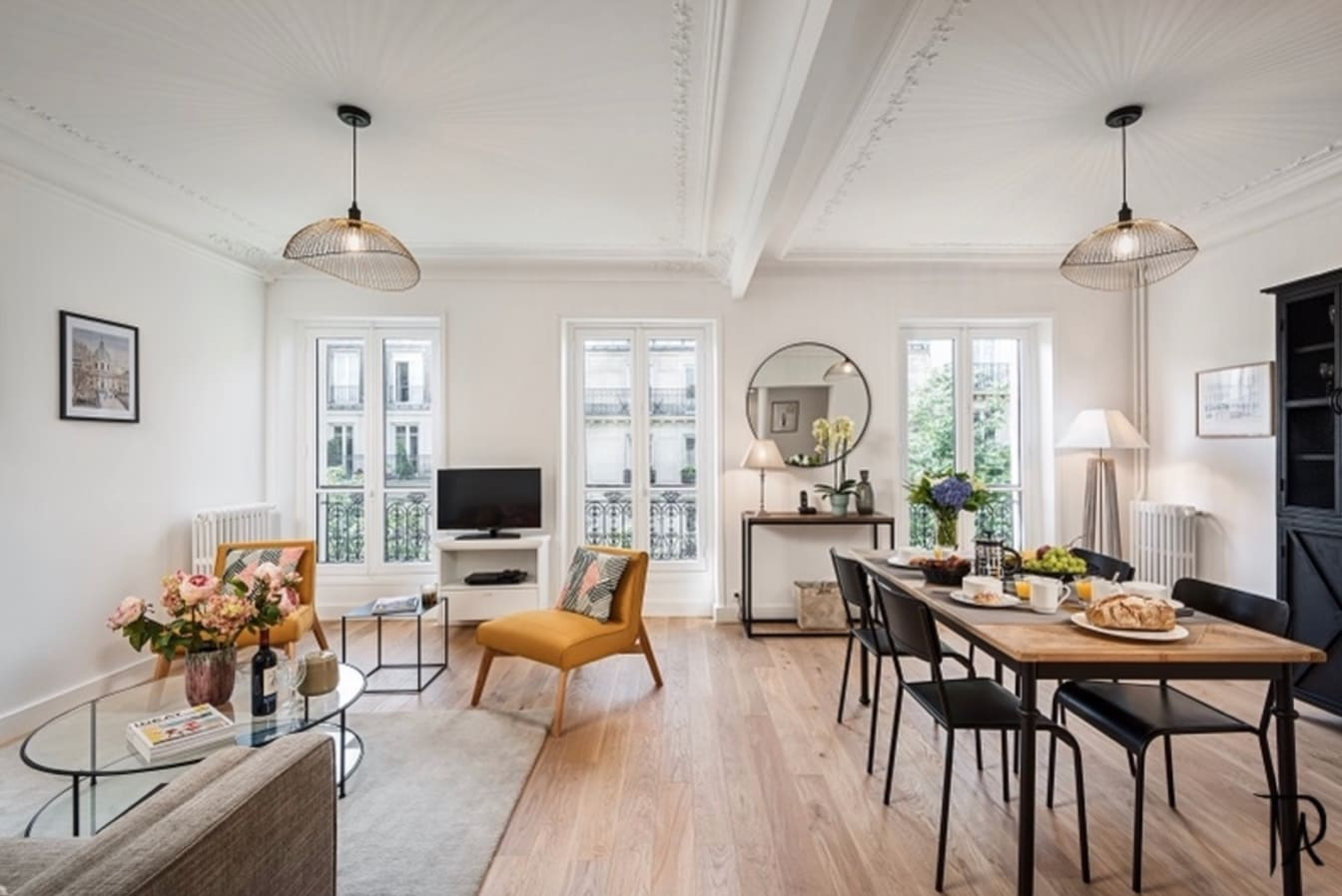 TYPICAL COZY AND CHARMING PARISIAN AMBIANCE